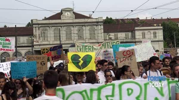 """In piazza contro il cambiamento climatico: """"Non vogliamo subire le conseguenze dei vostri errori"""""""