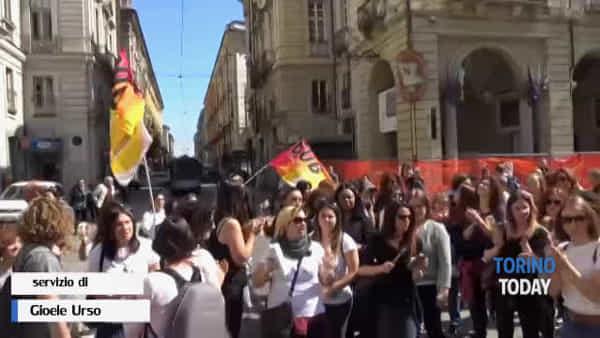 Educatrici dei nidi e delle materne contro la sindaca: tram bloccato e fieno davanti al Comune