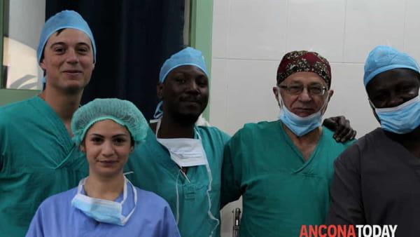 A sinistra Simone Agosti, in basso a sinistra Erika Palagonia e al centro il professor Bruno Frea con i medici africani-2-2