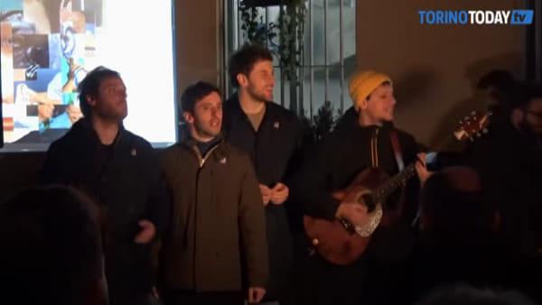 Eugenio in Via Di Gioia, bagno di folla per la loro prima a Torino dopo il Festival