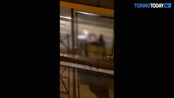Si masturba alla fermata del tram, poi viene portato via