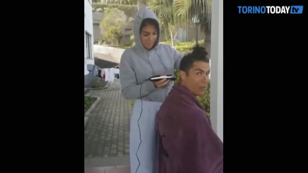 Tagliarsi i capelli in quarantena (a casa): Ronaldo si affida alla compagna Georgina