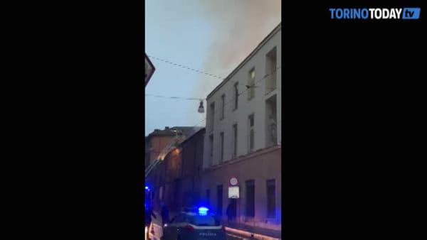 Fiamme alte alla Cavallerizza: distrutto un tetto, chiusa la strada