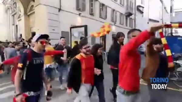 Cori, fumogeni e un lungo corteo di tifosi ha invaso Torino: il Lecce è in Serie A
