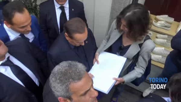 """Bagno di folla per Berlusconi che non rinuncia ad una battuta: """"Torino ideale per conoscere le ragazze"""""""