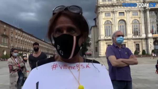 """""""Ho visto morire mia madre in video chiamata"""": in piazza figli, mogli e mariti del Comitato Vittime RSA"""