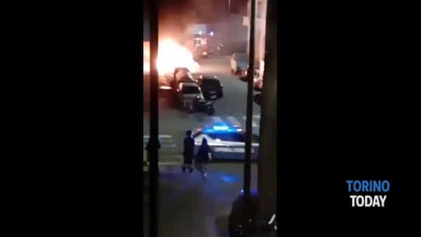 Notte di fuoco nel quartiere, un incendio distrugge tre auto