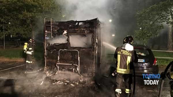 Torino incendio camper corso Cadore 16 6 19 2-2