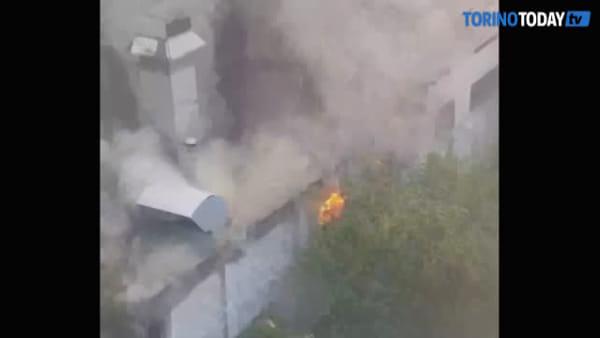 A fuoco la carrozzeria, fiamme alte e nube di fumo: video