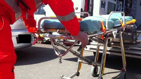 Donna investita da un'auto all'incrocio: è grave in ospedale