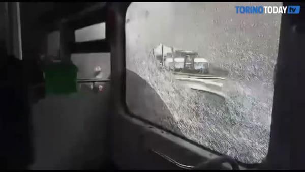 Il vetro va in frantumi mentre l'autobus è in movimento: il video di un passeggero