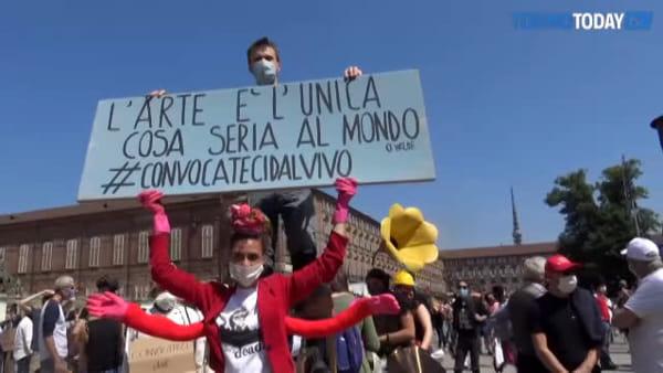 """""""Vogliamo un reddito di emergenza"""", i lavoratori dello spettacolo invadono Piazza Castello"""