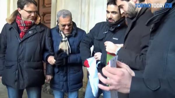 """Una calza con tanto carbone sul portone del Comune: """"Appendino si deve dimettere"""""""