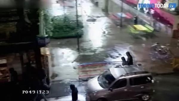 Schiaffi, calci, pugni: i militanti del centro sociale a caccia di pusher | Video
