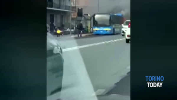 Ennesimo bus in fiamme, decisivo l'intervento del conducente: traffico in tilt