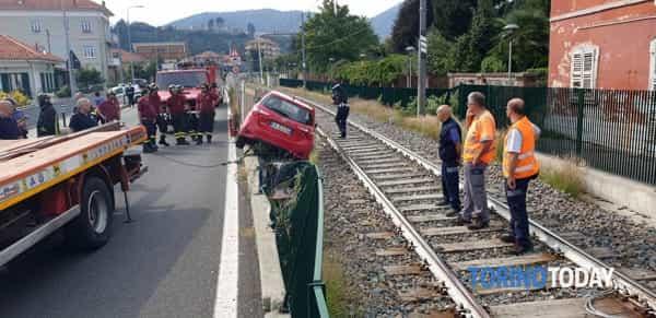 auto-sfonda-recinzione-ferrovia-via-torino-lanzo-torinese-190921-2-2