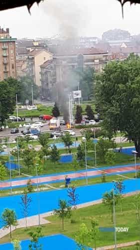 incendio-auto-giardino-mennea-piazza-marmolada-190520-2-2