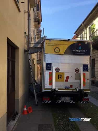 camion-abbatte-balcone-via-cirié-1905212-2