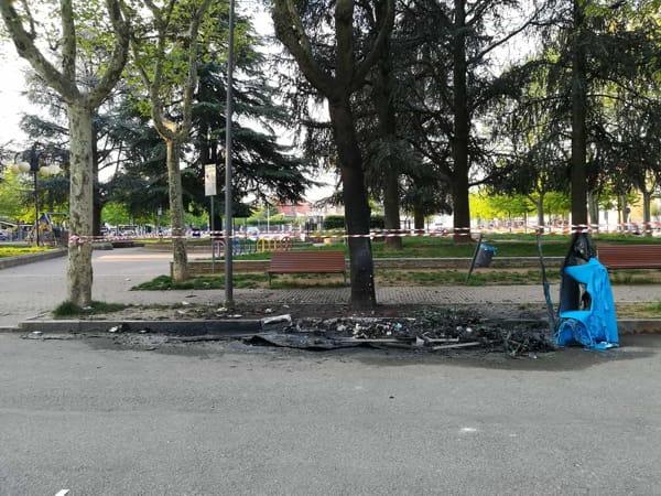 incendio-cassonetto-piazza-concordia-collegno-dopo-190420-2