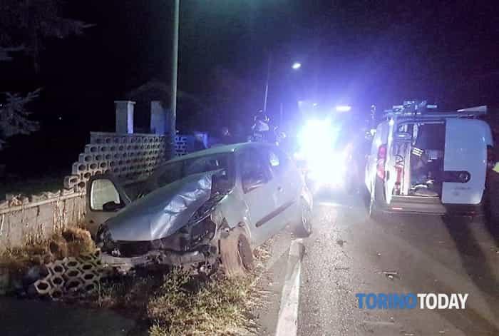 incidente-renault-clio-distrugge-centralina-gas-via-favria-rivarolo-canavese-170918-1